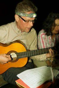Singen und Spielen am Lagerfeuer